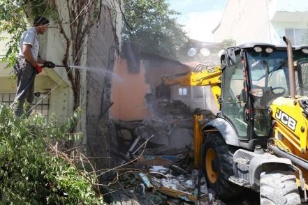 Eyüpsultan Belediyesi, Fen İşleri Müdürlüğü ekipleri, Çırçır Mahallesi Şimşir Sokak, yıkım