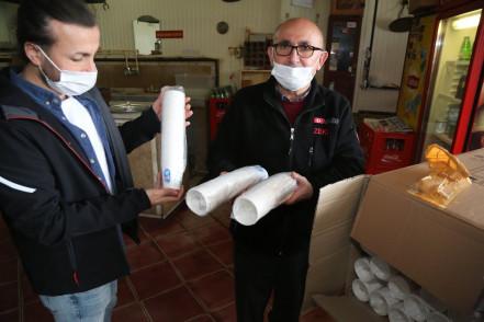 Kıraathanelere karton bardak dağıtıyoruz