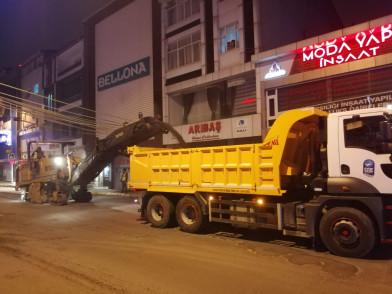 Cengiz Topel Caddesinde asfalt çalışması yapılıyor